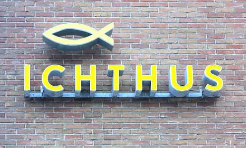 ichthus logo op steen